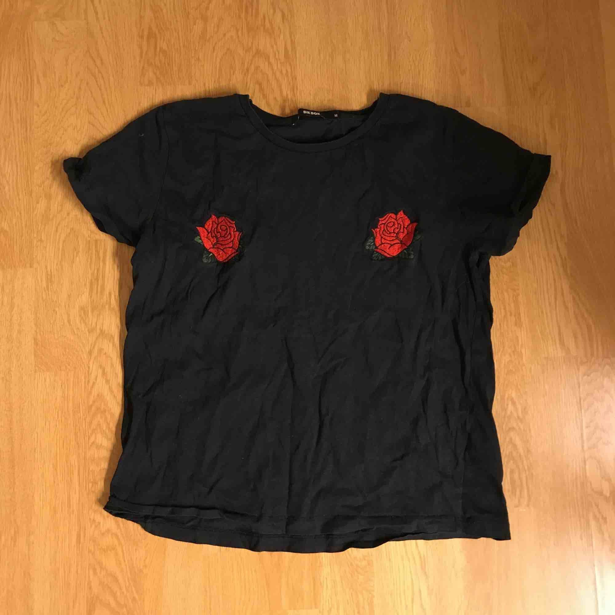 T-shirt från BikBok! Storlek M men kan passa S. T-shirts.
