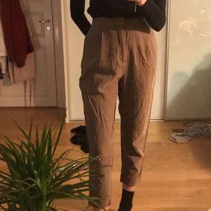 Snygga militärgröna kostymbyxor från Zara! Säljer pga för korta:(( är 175 cm och de är för korta på mig. Aldrig använda:)) Kan mötas upp i Stockholm eller så står köparen för frakt✨✨