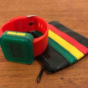 Klocka med nya batterier i och helt egen design på färgkombinationen. Tillsammans med liten portmonnä/väska med dragkedja. 35:- och 18:- i frakt.