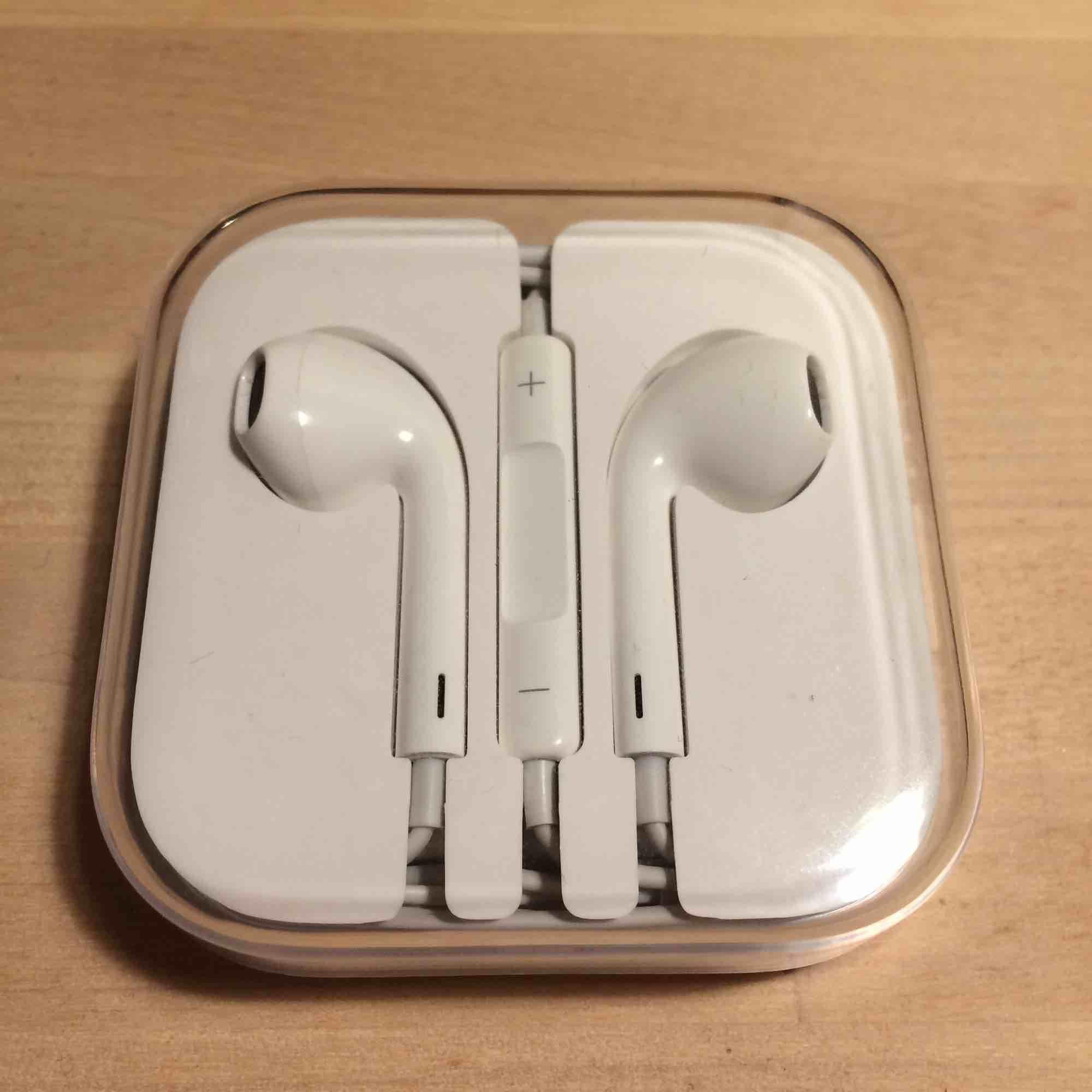 Säljer ett par fejk-Apple hörlurar. Var inte medveten om det när jag köpte dom. Lever inte upp till riktiga Apple hörlurar men funkar! Nypris var 149kr. Bjuder på frakten!             Till iPhone 5. OBS: Endast provade . Accessoarer.