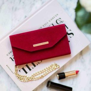 """Mayfair Clutch Red Velvet för iPhone X/XS. Tre kortfack + sedelficka. Guldfärgad handledskedja. Svart mobilskal medföljer, alla iDeal of Sweden's """"Fashion cases"""" är magnetiskt kompatibla med denna! HELT NY!"""
