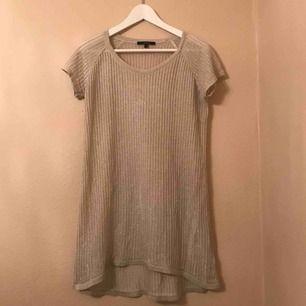 Glittrig kortärmad långt-shirt.