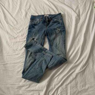 Snygga blå jeans med slitningar ifrån Gina. Storlek XS / 34 och är i jättefint skick! Pris är inklusive frakt☺️☺️