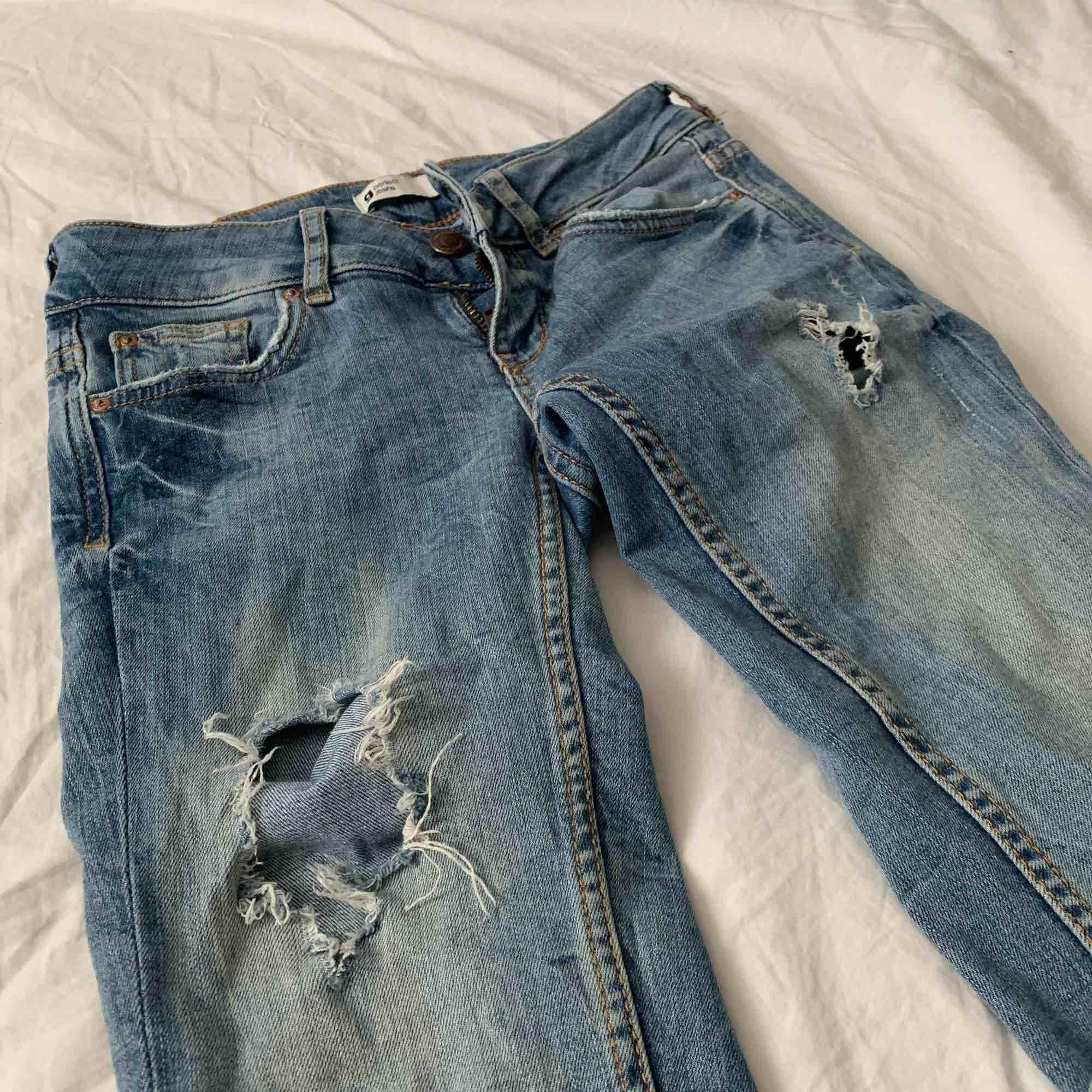 Snygga blå jeans med slitningar ifrån Gina. Storlek XS / 34 och är i jättefint skick! Pris är inklusive frakt☺️☺️. Jeans & Byxor.