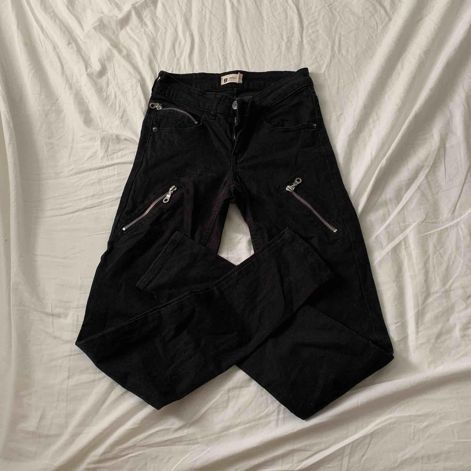 Fina svarta byxor med fakedragkedjor från Gina i storlek XS / S. Fint skick! Priset är inklusive frakt!. Jeans & Byxor.