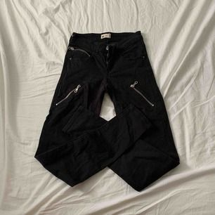 Fina svarta byxor med fakedragkedjor från Gina i storlek XS / S. Fint skick! Priset är inklusive frakt!