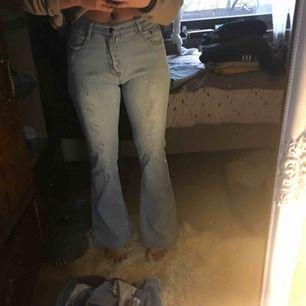 Ett par för 80kr, båda jeansen för 100kr!! Väldigt fina low-waisted jeans, kmr inte till användning :((( , köparen står för frakt ❤️