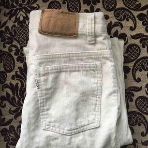 Levis Manchester jeans köpta här på Plick men tyvärr för små för mig. En av stropparna har jag sytt fast (se bild 3) men annars är de i fint skick! Möts upp i Stockholm annars står köparen för frakten.