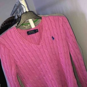 Kabelstickad rosa ralp lauren tröja, v ringad. Storlel XS