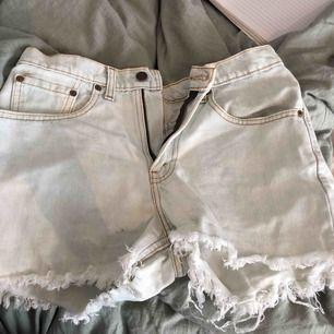 Levis shorts, inköpa på urban outfitters för cirka 550 kronor. Säljes då de är för stora i midjan på mig, jag är en storlek 34 vanligtvis. Motsvarar en storlek M ungefär!