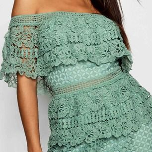 Off shoulder klänning, hur fin som helst kom aldrig till användning prislappar och allt hänger kvar