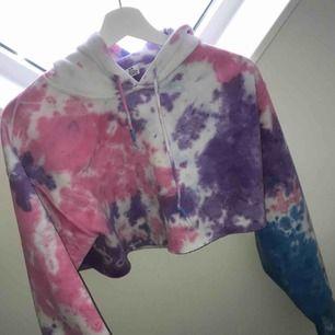 Priset är inkl frakt Batikmönstrad croppad hoodie