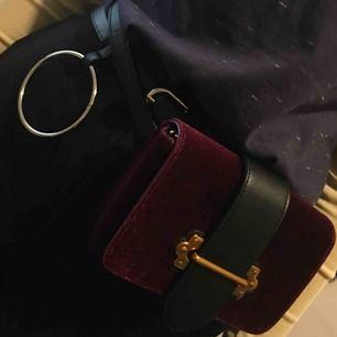Snygg väska som har två sätt att kläs på.  Axelkedja finns (i guld) och som skärp