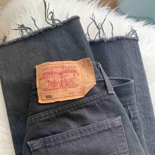 Vintage Levi's 501 köpta från Asos Marketplace. Mellanhög midja och storlek W27 L30 men skulle säga att de passar bra på en XS. I gott skick, frakt 60 kr tillkommer.