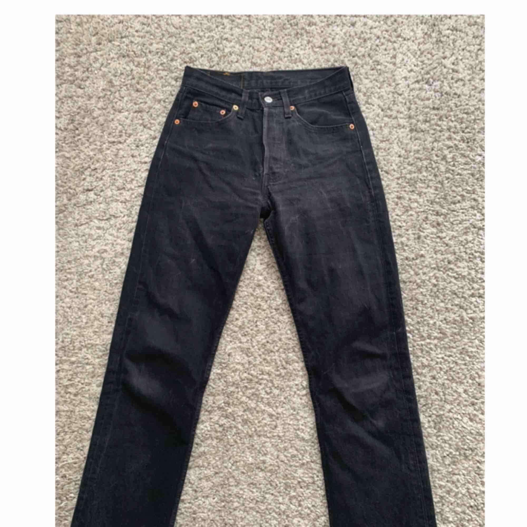 Vintage Levi's 501 köpta från Asos Marketplace. Mellanhög midja och storlek W27 L30 men skulle säga att de passar bra på en XS. I gott skick, frakt 60 kr tillkommer.. Jeans & Byxor.