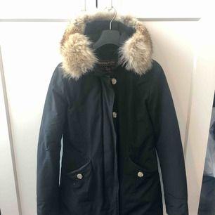 Svart vinterjacka från Woolrich i storlek XS. Köptes förra året men har tyvärr blivit för liten på mig pga att jag gått upp i vikt!Känner att en annan (smalare) själ istället kan använda den då den ej blivit använd under hela denna vinter!