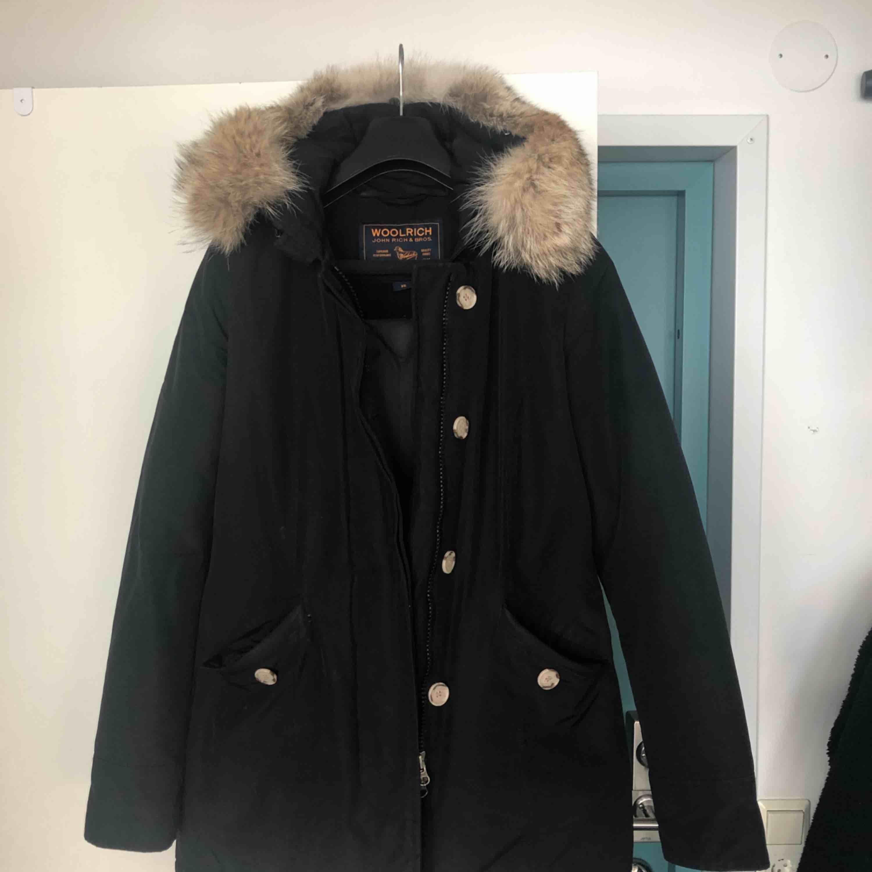 Svart vinterjacka från Woolrich i storlek XS. Köptes förra året men har tyvärr blivit för liten på mig pga att jag gått upp i vikt!Känner att en annan (smalare) själ istället kan använda den då den ej blivit använd under hela denna vinter! . Jackor.