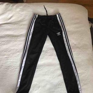 Adidas Adibreak byxor, använda några gånger men i bra skick  Möts upp i Stockholm annars står köpare för frakt!