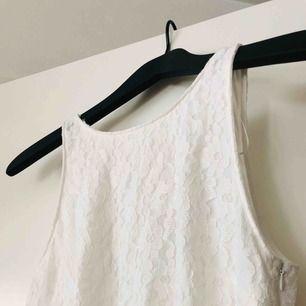 Enkel spetsklänning från Zara, djup i ryggen och slutar strax ovanför knät. Står L i den men extremt liten då den passar mig som vanligtvis har storlek S🖤  Buda gärna!
