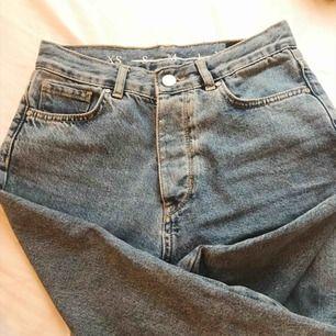 De här drömmiga jeansen har blivit för små för mig och jag hoppas de kommer göra någon annan bättre nytta! Sitter så snyggt med raka ben och hög midja! Strlk XS, och funkar nog på en S också!