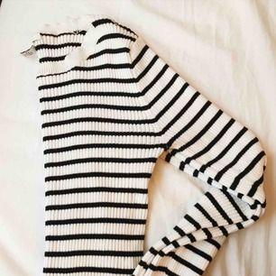 Den här tröjan är såå snygg och är i fint skick! Använd ett par gånger! Säljer pga den blivit för liten! Från forever21, står strlk L men är inte större än en strlk S!
