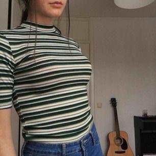 Supercool tröja från H&M, använd några ggr & i bra skick. Skönt & tunt material, säljer eftersom den inte kom till så mycket användning 💚