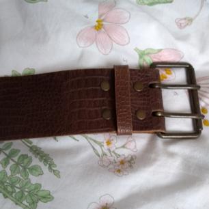 Fint fejk läder skärp med en liten fläck på,syns inte tydligt,93cm långt,fraktar eller möts upp i Karlskrona