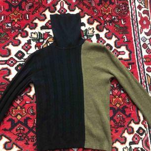 Tvåfärgad, ribbad polo i svart och mossgrön, 100% wool.  Passform: tajt. Köparen står för frakt, kan även mötas upp!