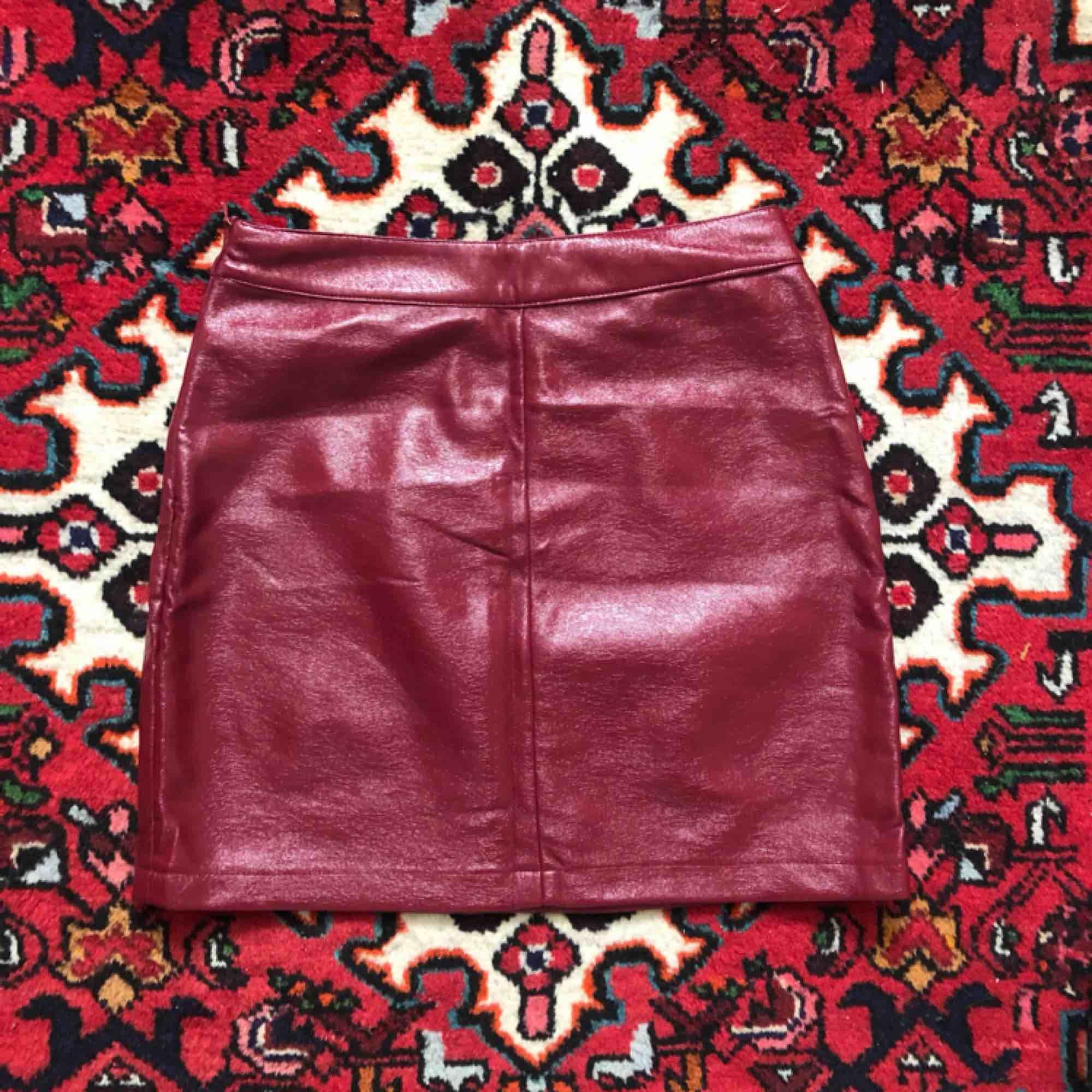 9a65fb6c285a Kjol i röd lack/konstläder. Passform: tajt. Köparen står för frakt, ...