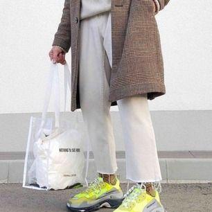 Säljer nu ett par Balenciaga Triple S i storlek 42 och färgen Neon. Dessa är stora i storlek och passar runt 43. Nypris 7400kr och är köpta från balenciagas egna hemsida. Fysiskt kvitto och retursedel finns.  Skick 8/10