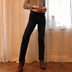 Mörkblå Levi's 501 jeans. Stlk. W28L34. Köpta secondhand i Paris därmed en lite uppklippning i sömmen längst ner, går lätt att sy ihop om önskas. Köparen står för frakt, kan även mötas upp!