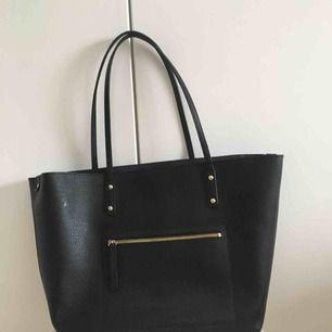 Svart simpel handväska från Don Donna med guldiga detaljer. I fint skick!  Kommer med 91ab107f1637a