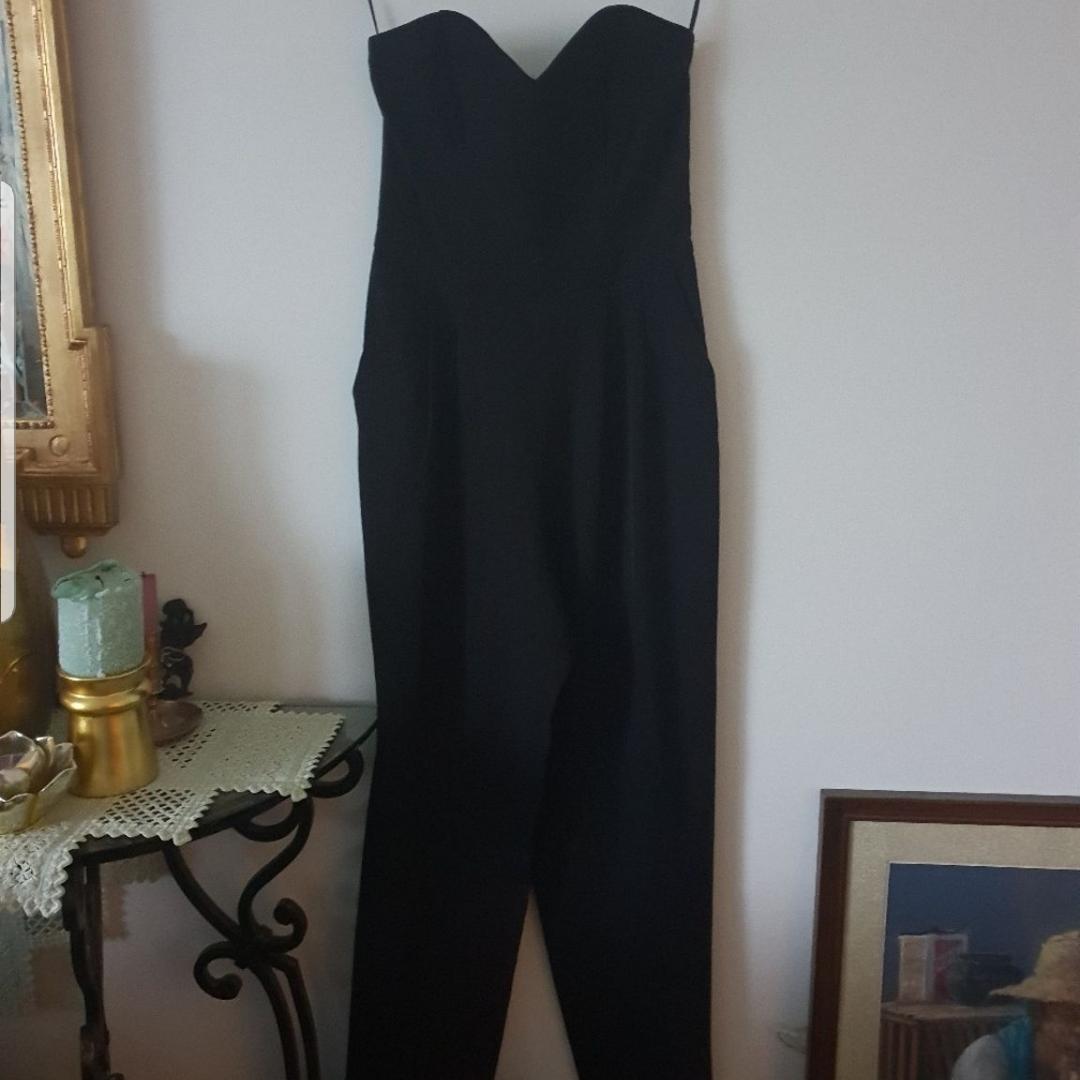 Snygg svart jumpsuit i storlek 36. XS-S. Från H&M. Övrigt.