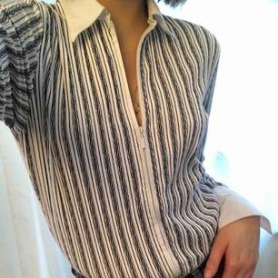 Skjorta med dragkedja, mönstrad i vitt och marinblått. Stlk. S-L, mycket stretchigt material så passform skiljer sig (jag har S i kläder vanligtvis). Köparen står för frakt, kan även mötas upp!