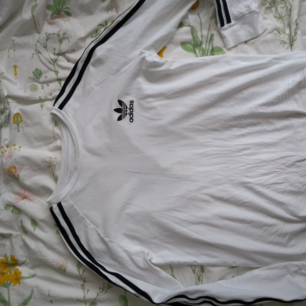 Adidas sweater in size 13-14 but fits an xs, very weak spot but is not visible when tying the shirt in the waist, shipping or meeting up in Karlskrona givningCommunication until February 5, the bid is at 100kr