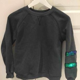 En mysig sweater ifrån Zara Girls. Mörkgrön med glittriga ränder. Tyvärr för kort för mig i ärmarna. Välanvänd men i fint skick!💚💚