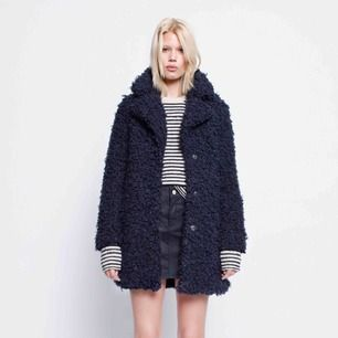 Zadig & Voltaire faux fur coat Kana / jacka i mörkblå / navy. Fin jacka som ej finns att köpa i butik längre. Sparsamt använd. Nypris: €450. Kan mötas upp i Sthlmsområdet, annars står köparen förfrakten! :)