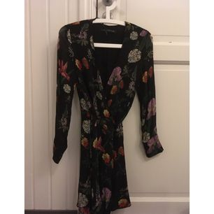 Superfin knytklänning från zara i storlek XS. Köpte den här men den är tyvärr för lite för liten för mig. Går att ha öppen till jeans etc! 🌸