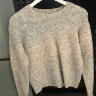 Superduper fin samsoe samsoe tröja som passar perfekt nu under dom kalla vinterdagarna!❄️☃️ Frakten betalas av köparn! 🤗 Säljer för den nästan aldrig blivit använd!🙁 Ny pris 899:-!!!