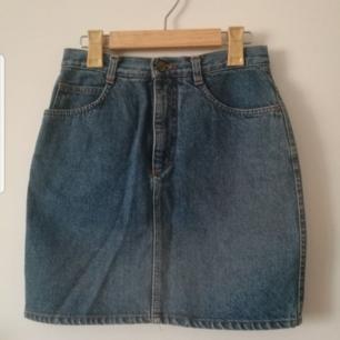 Blå fin vintage jeanskjol! Sitter tajt. Pencil kjol liknande modell. Hög I midjan. Kan skicka annars finns i Malmö Har swish