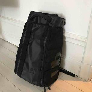 Inköpt på skitotal för ca 1 år sedan använd på en liten resa till Hawaii. Perfekt weekendbag eller backpack om man är minimalistisk.