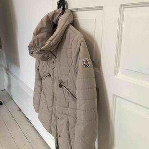 Moncler vintage beige jacka. Använd två vintrar.