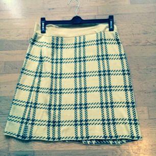 Oanvänd gul kjol med Twin Peaks feeling. Stl M med viss resår i midjan. Köpt från Modcloth (som tydligen inte skickar hit längre!?)  Priset är inkl frakt 🌺