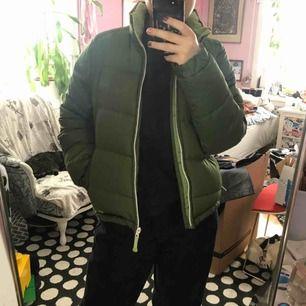 Grön Helly Hansen dunjacka, storlek M i barnstorlek passar som en XS/S, mycket bra skick, färgen är som på bild 3