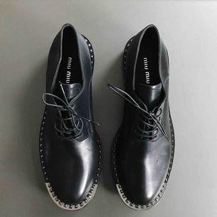 Så himla snygga skor från Miu Miu! Vill inte sälja men de är tyvärr liiite för trånga för mig....  Helt oanvända och i toppenskick!  passar 38-38.5 pris kan diskuteras vid snabb affär!