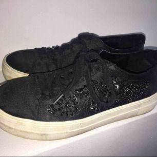 Ett par svarts sneakers från Zara! Köpta för 500kr, använda flitigt men ändå i bra skick! Säljer för 200kr, inkl frakt!