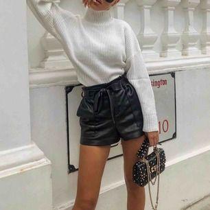 Förra köparen ångrade sig så jag lägger upp dom igen🙃 Supersnygga shorts i skinnimitation från Zara🖤 Passar dig som har storlek 34/36. Frakt 36 kr💌