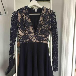 En fin marinblå klänning från Nelly! Använd en gång så den är som ny. Köpt för 500kr, säljer för 300kr inkl frakt :)