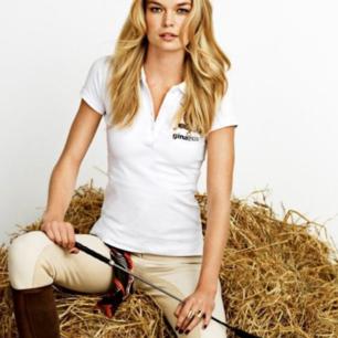 Riktigt snygg T-shirt från Gina Tricot i samarbete med Falsterbo horse show. Använd max 3 ggr och fortfarande i nyskick, dock lite skrynklig, men kan stryka vid köp om så önskas. Inköptes för omkring 399 kr. Frakt tillkommer vid köp🖤