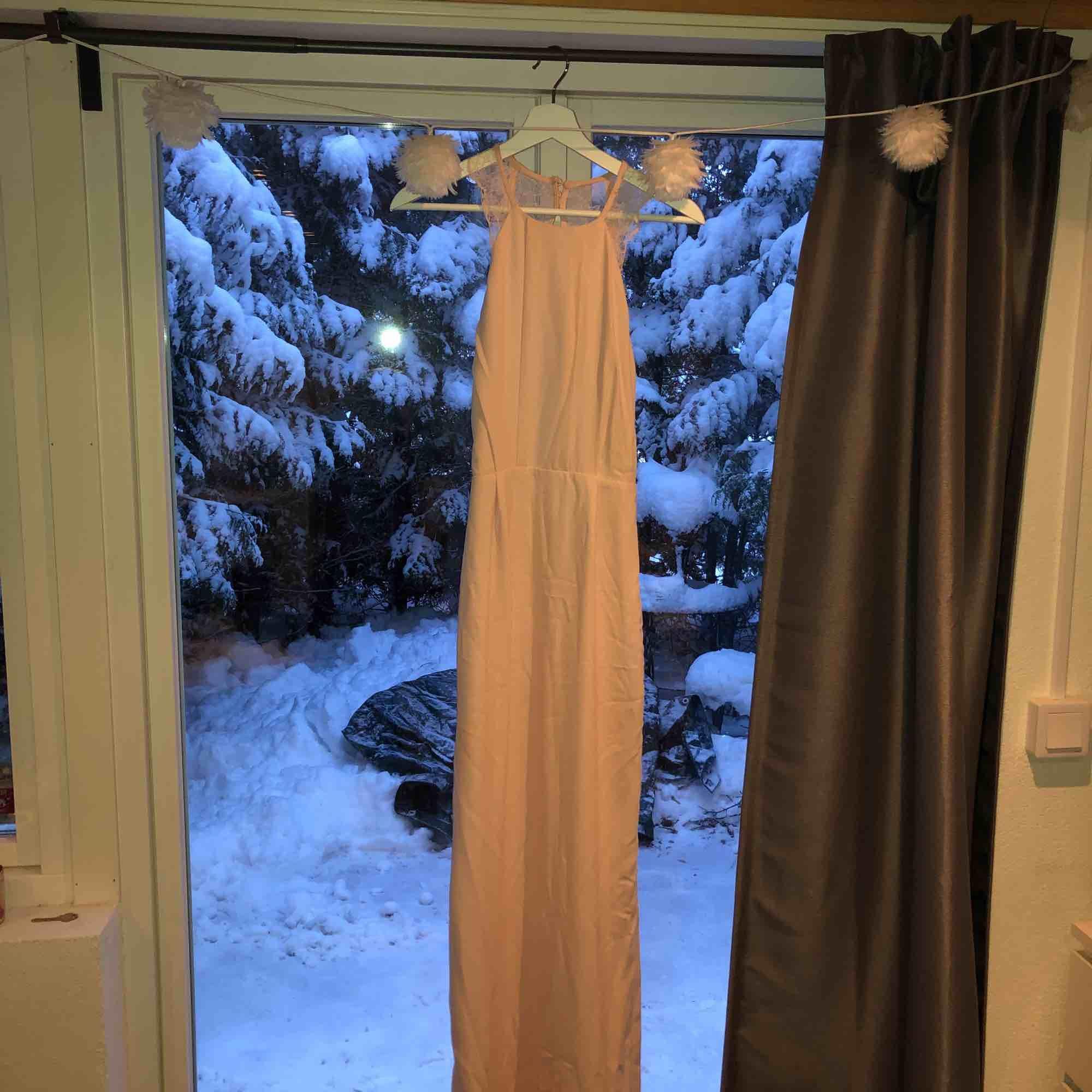 Helt ny balklänning, använd en gång, bra skick. Klänningar.